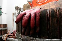 Tipici guanti da lavoro in gomma. Questi guanti, oltre ad avere un compito di protezione verso urti e tagli, servivano per evitare che i coloranti presenti nell'uva colorassero di nero le mani dei contadini.