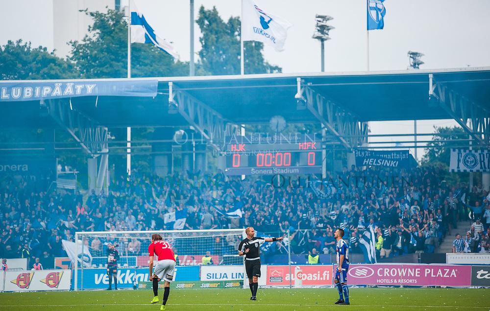 Erotuomari Dennis Antamo juuri ennen Helsingin paikallisottelun HJK-HIFK alkua Veikkausliigassa. Sonera Stadium, Helsinki, Suomi. 6.7.2015.
