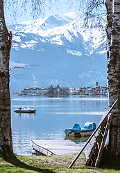 THEMENBILD - Ansicht der Stadt Zell am See vom Nordufer aus, im Hintergrund die schneebedeckte Bergwelt, aufgenommen am 20. April 2019, Zell am See, Österreich // View of the town Zell am See from the north shore, in the background the snow-covered mountain world on 2019/04/20, Zell am See, Austria. EXPA Pictures © 2019, PhotoCredit: EXPA/ Stefanie Oberhauser
