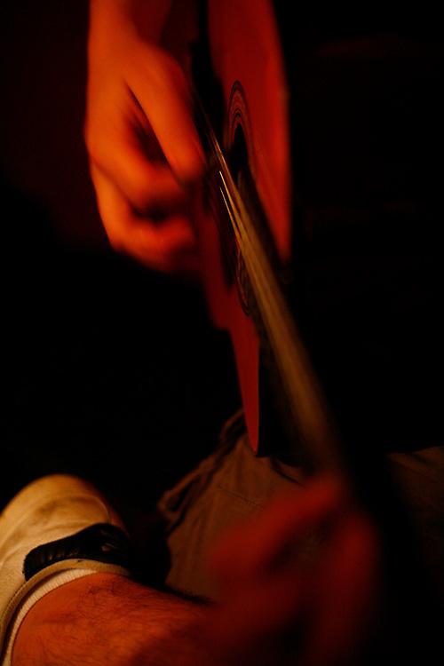 Belo Horizonte_MG, Brasil...Ensaio da banda Coracoes Dilacerados no Estudio Geleia. Na photo um musico tocando violao...The rehearsal of the Coracoes Dilacerados band in Geleia studio. In this photo a musician playing guitar...Foto: LEO DRUMOND / NITRO.