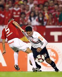 Guiñazu disputa com Hernanes (D) na partida entre as equipes do Internacional e São Paulo, realizada no Estádio Beira Rio, em Porto Alegre, válido pela semi-final da Copa Libertadores da América 2010. FOTO: Jefferson Bernardes / Preview.com