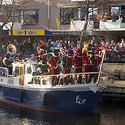 NLD/Huizen/20061118 - Intocht Sinterklaas 2006 Huizen, boot met zwarte pieten