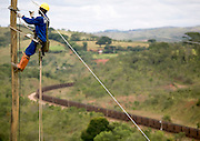 Sao Joao Del Rei_MG, Brasil...Operarios trabalhando na eletrificacao rural no Programa Luz para todos em Sao Joao Del Rei...Workers working in the rural electrification, for Luz para Todos program, in Sao Joao Del Rei...FOTO: LEO DRUMOND / NITRO