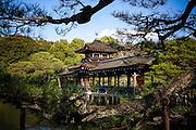 KYOTO, JAPAN - Heian Jingu Shrine - March 2011 [FR] Le pont suspendu dans l'enceinte du temple Heian Jingu