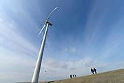 Nederland, the Netherlands, Neeltje Jans, 26-3-2016Mensen lopen langs de windturbines, molens op het voormsalig werkeiland Neeltje Jans in de Roompot . FOTO: FLIP FRANSSEN/ HH