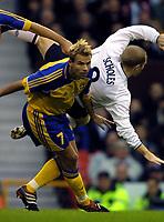 Fotball: England - Sverige 10.11.2001: Niclas Alexandersson, Sverige och Paul Scholes, England<br /><br />Foto: Niklas Larsson, Digitalsport