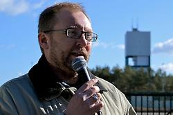 """Rund 200 Atomkraftgegner haben am 26. Februar 2012 an die Benennung Gorlebens zum Standort für ein nukleares Entsorgungszentrum vor 35 Jahren erinnert. """"Viele von denen, die 1977 schon dabei waren, haben bei der Kundgebung gesprochen"""", sagte die Vorsitzende der Bürgerinitiative Lüchow-Dannenberg, Kerstin Rudek. Niedersachsens damaliger Ministerpräsident Ernst Albrecht (CDU) hatte am 22. Februar 1977 verkündet, dass in Gorleben ein Endlager, eine atomare Wiederaufarbeitungsanlage (WAA), mehrere Zwischenlager und eine Brennelementefabrik gebaut werden sollten. Im Bild: Torsten Koopmann, Bürgerinitiative Lüchow-Dannenberg<br /> <br /> Ort: Gorleben<br /> Copyright: Kina Becker<br /> Quelle: PubliXviewinG"""