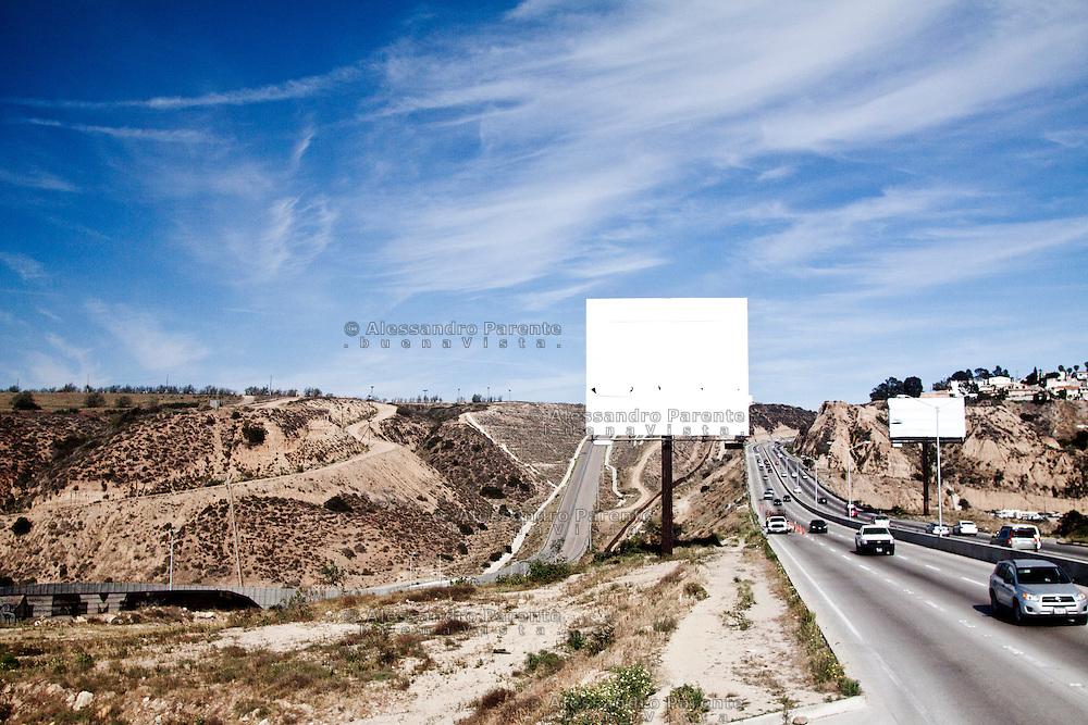 Una veduta della statale che porta al centro della città, a fianco il muro e poi la strada usata dalle pattuglie.