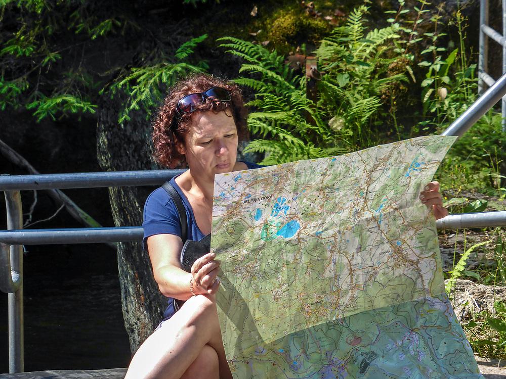 Wodospad Szklarki (woj. dolnośląskie), 26.07.2013. Turystka studjująca mapę na ścieżce przyrodniczej do Wodospadu Szklarki w Karkonoskim Parku Narodowym.