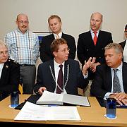 NLD/Huizen/20061103 - Ondertekening Horecaconvenant Graaf Wichman Huizen tussen bewoners, politie, Openbaar ministerie en winkeliers