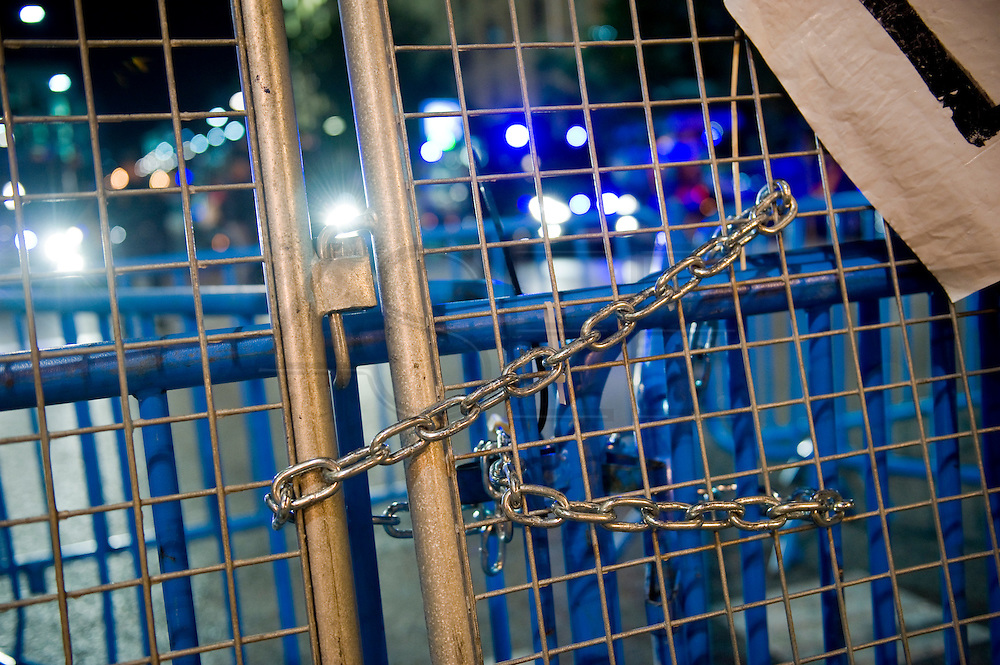 After the violent police charges of 25S, has set stronger nonviolent style by citizens. Always calm to the most violent part of this occasion manifestantes.En enjoy the proximity of the congress and a music concert held an assembly coros.Se attendees exposing some outrage and providing possible solutions to the country's economic politco. Finally, as in the past concentrations, dissolved peacefully and with applause by the success of non-violence. The government suffers heavy wear due to constant popular demonstrations against economic policy practitioners.