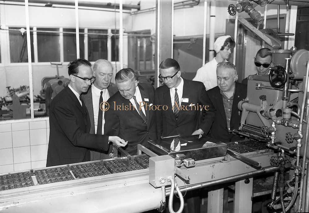 8/9/1964<br /> 9/8/1964<br /> 8 September 1964<br /> <br /> Mr. Kerrigan of Urney Choclates, MrFrank Collier of the Montreal Gazette, Mr. James Dwyer of the Vancouver Sun, Mr. Lynch, Alfred Monaghan of the Boston Globe and Mr. Wallace Guenther of the L.A. Times examine the production line.