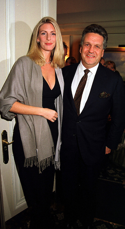 BARON & BARONESS STEPHEN BENTINCK, she is actress Lisa Hogan, at a party in London on 9th November 1999.MYW 55