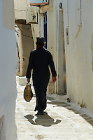 Grèce, Les Cyclades, Ile de Ios, Pope dans les ruelles de Chora  // Greece, Cyclades, Ios island, Pope on the Chora street
