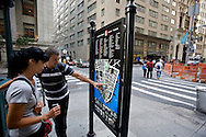UNITED STATES-NEW YORK-Tourists..VERENIGDE STATEN-NEW YORK. Toeristen bestuderen een plattegrond op Wall Street. PHOTO COPYRIGHT GERRIT DE HEUS