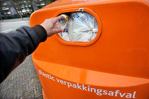 Nederland, Nijmegen, 13-1-2008..In Nijmegen is de Dar, dienst afval en reiniging, begonnen met het inzamelen van plastic afval om dit te laten recyclen...Foto: Flip Franssen/Hollandse Hoogte