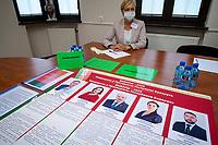 Bialystok, 04.08.2020. Poczatek przedterminowego glosowania w wyborach prezydenckich na Bialorusi w Konsulacie Generalnym Republiki Bialorus w Bialymstoku. Przedterminowe glosowanie w wyborach prezydenckich na Bialorusi rozpoczelo sie dzis (wtorek) i potrwa do soboty. Wlasciwym dniem wyborow prezydenckich jest niedziela 9 sierpnia. Opozycja apeluje do wyborcow, by nie glosowali przed tym dniem, poniewaz wczesniejsze glosowanie umozliwia falszerstwa. N/z lokal wyborczy, na pierwszym planie informacja o kandydatach w wyborach prezydenta Bialorusi fot Michal Kosc / AGENCJA WSCHOD