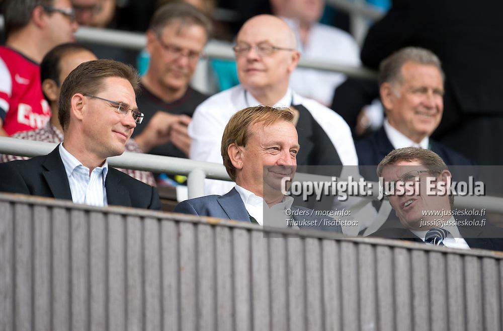 Hjallis Harkimo, vas. Jyrki Katainen. Arsenal - Manchester City. Super Match. Helsinki 10.8.2013. Photo: Jussi Eskola