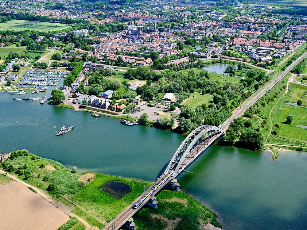 Nederland, Gelderland, Gemeente Culemborg, 27-05-2020; Rivier de Lek en spoorbrug Culemborg (Kuilenburgse spoorbrug). Zicht op de binnenstad.<br /> Railway bridge Culemborg and Lek River.<br /> <br /> luchtfoto (toeslag op standaard tarieven);<br /> aerial photo (additional fee required)<br /> copyright © 2020 foto/photo Siebe Swart