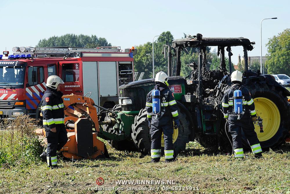 Lijnden, 05-09-2013. Vandaag omstreeks 13.00 uur is een tractor door nog onbekende oorzaak volledig uitgebrand. De tractor was aan het maaien bij Schiphol op de Tweeduizend El te Lijnden kruising Hoofdweg, toen de motor plotseling vlam vatte. Volgens de bestuurder is de brand vermoedelijk ontstaan door kortsluiting of door oververhitting. Hij kon zonder kleerscheuren de tractor verlaten, maar kon niet verhinderen dat de tractor uitbrandde.