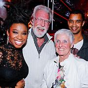 NLD/Hilversum/20121214 - Finale The Voice of Holland 2012, Leona Phillipo en haar ouders en broer