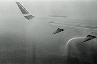 En Norwegian fly flyr gjennom lavt skydekke. <br /> Foto: Svein Ove Ekornesvåg