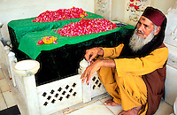 Pakistan, Punjab, Lahore, Tombe de Data Gunj Bakhsh, homme soufi // Pakistan, Punjab, Lahore, Data Gunj Bakhsh tomb, sufi man