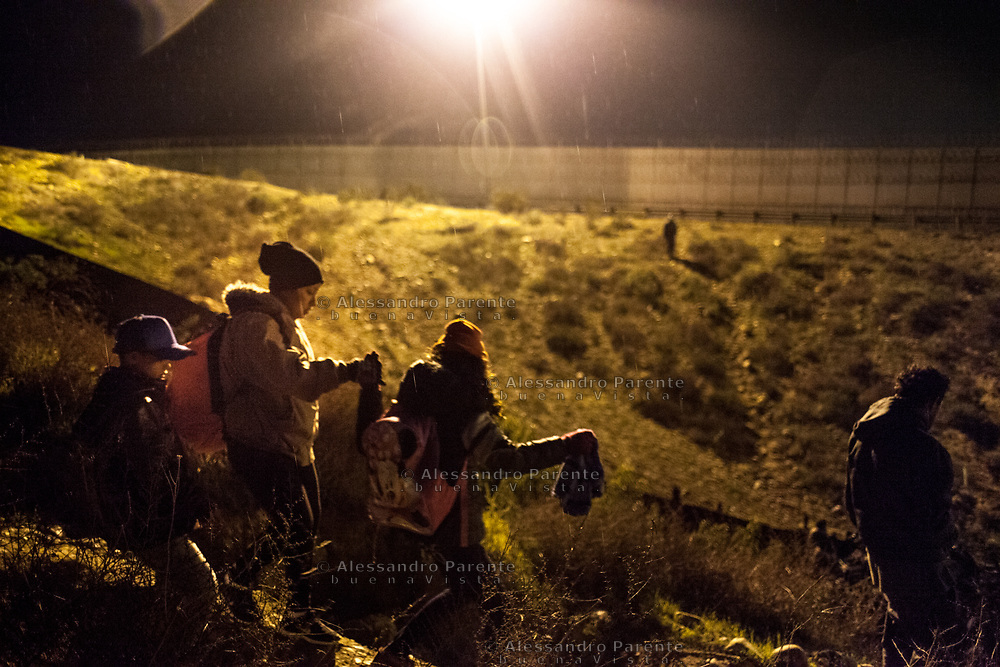Family from Honduras searching from a good point to cross the border and find the Border Patrol to ask for asylum