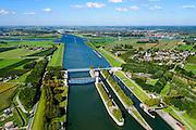 Nederland, Utrecht, Wijk bij Duurstede, 30-09-2015; Kruising Neder-rijn en Lek met Amsterdam-Rijnkanaal op grens provincies Utrecht en Gelderland.<br /> Prinses Marijkesluizen met naastgelegen Keersluis, omgeving Rijswijk (Gelderland) en Ravenswaaij. Aan de horizin Wijk bij Duurstede.<br /> Amsterdam-Rijn-canal with locks and floodgate.<br /> luchtfoto (toeslag op standard tarieven);<br /> aerial photo (additional fee required);<br /> copyright foto/photo Siebe Swart