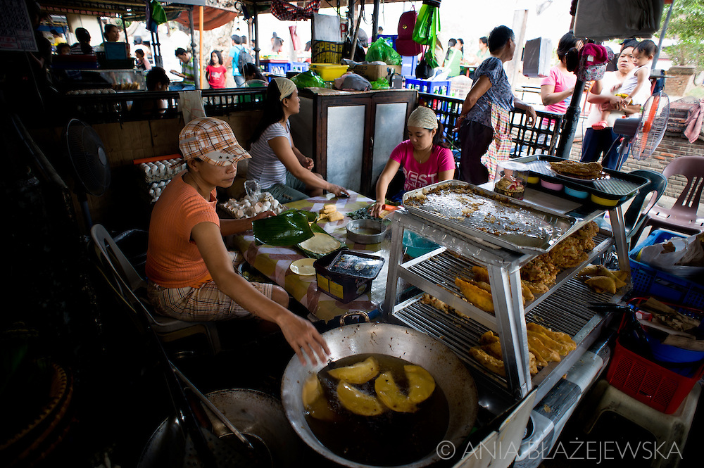 Making empanadas in Vigan.<br /> Ilocos Sur and Ilocos Norte are the Filipino provinces situated on Luzon Island and famous for heritage town of Vigan, windmills of Bangui, white sand beach of Pagudpud not to mention former president Marcos, who was born there.
