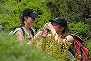 links: Maria Kataharina Liebrecht (Botanik, Naturschutz) <br /> rechts: Bettina Leitner (Botanik) GEO-Tag der Artenvielfalt im Nationalpark Hohe Tauern 2013. Österreich.