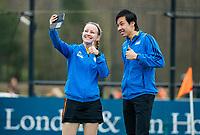 BLOEMENDAAL - scheidsrechters Koichi Owada (NN)Marije Noordhoek (ZH) maken selfie voor de wedstrijd  tijdens de hockeywedstrijd landelijke jeugd, Bloemendaal  JA1- MHC Laren JA1 (2-3).  COPYRIGHT KOEN SUYK