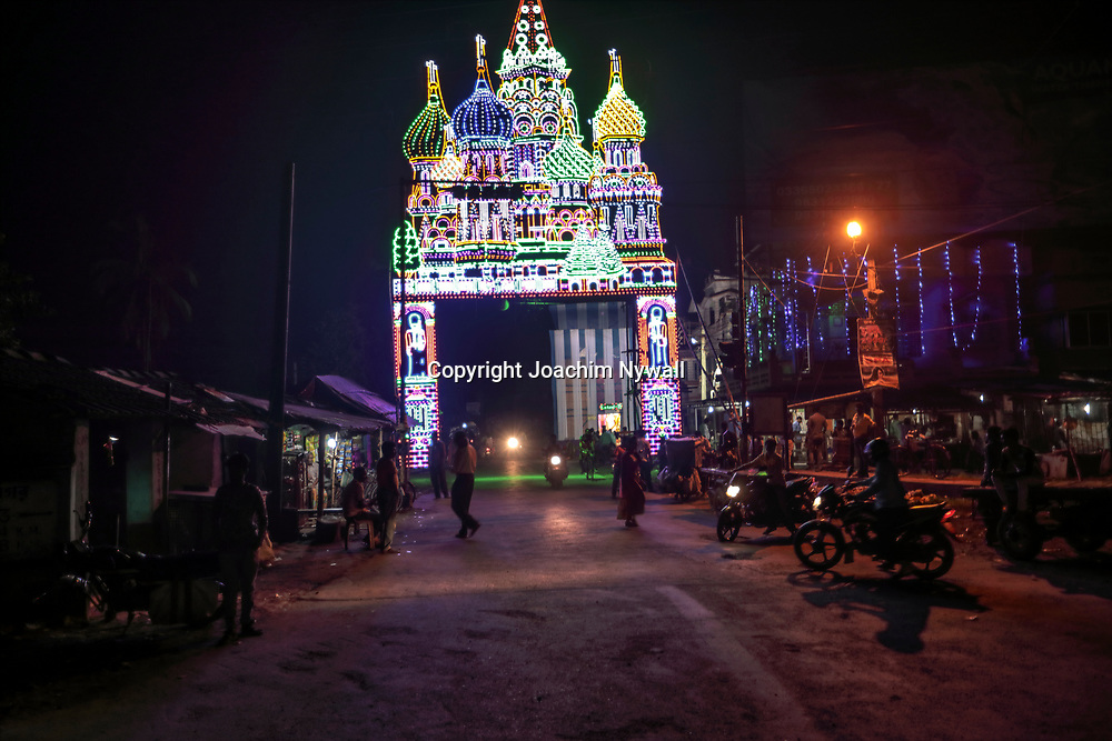 20171029 Chandannagar West Bengal<br /> Indien<br /> Jagadhatri Puja Festival<br /> En gigantisk religös festival med mycket ljus och gudabilder ca 2 timmar norr om Kolkata på Ganges Västra sida.<br /> <br /> ----<br /> FOTO : JOACHIM NYWALL KOD 0708840825_1<br /> COPYRIGHT JOACHIM NYWALL<br /> <br /> ***BETALBILD***<br /> Redovisas till <br /> NYWALL MEDIA AB<br /> Strandgatan 30<br /> 461 31 Trollhättan<br /> Prislista enl BLF , om inget annat avtalas.