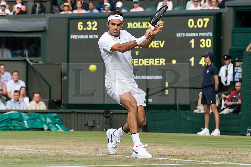 © Licensed to London News Pictures. 08/07/2017. London, UK. ROGER FEDERER of Switzerland plays a third round men's single's match against Mischa Zverev on the sixth day of the Wimbledon Lawn Tennis Championships . Photo credit: Ray Tang/LNP