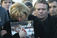 GYOER/HUNGRIA-27 JANEIRO: Benfica's Hungarian striker MIKLOS FEHER relatives (L to R) mother Aniko, father Miklos Feher watch his coffin being buried during his funeral in Gyor January 28, 2004. The player collapsed, during a Portuguese league match on Sunday.<br />(PHOTO BY:AFCD/GERARDO SANTOS)
