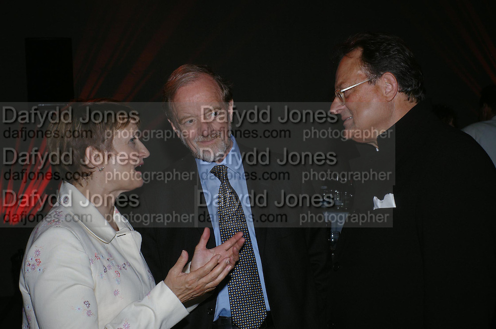 Robin Cook with Tessa Jowell and her husband David Mills. The Art Party, Tate Modern. a party to raise funds for 'Art for All'. 16 June 2005. ONE TIME USE ONLY - DO NOT ARCHIVE  © Copyright Photograph by Dafydd Jones 66 Stockwell Park Rd. London SW9 0DA Tel 020 7733 0108 www.dafjones.com