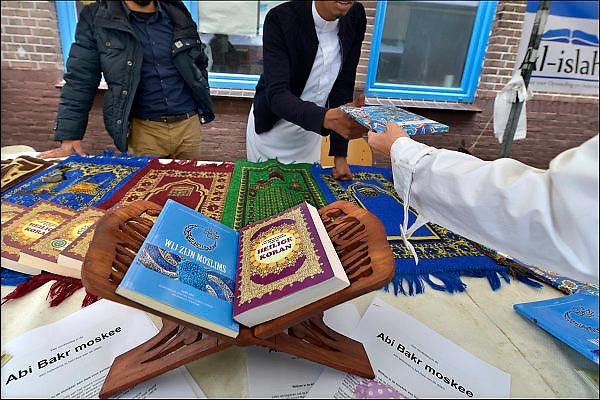 Nederland, Nijmegen, 30-5-2015Open dag bij moskee Abi Bakr in de wijk Wolfskuil. Deze moskee voor arabisch sprekende moslims in de stad en de regio is opgericht in 1985. Er is een gebedsruimte, kleine winkel met levensmiddelen, bibliotheek met vooral boeken over de islam, de profeet en de koran, een kapper, een ontmoetingsruimte annex koffiekamer en leslokalen waar koranonderwijs wordt gegeven, vooral aan jongeren.onderwijs,les,koranles,kennis,korankennis. belangstellenden konden gratis boekjes over moslimcultuur en de koran meekrijgen.uitdelenFOTO: FLIP FRANSSEN/ HOLLANDSE HOOGTE