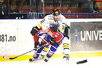 Ishockey , 28. Desember 2013, GET Ligaen , Vålerenga Hockey - Stavanger Oilers<br /> Kamp om ballen for Brendan Brooks , VIF og Lars-Peder Nagel<br /> Foto: Sjur Stølen , Digitalsport