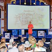 NLD/Apeldoorn/20130905- Uitreiking Droomboek aan koning Willem Alexander en koninging Maxima, presentatrice Carolien Tensen