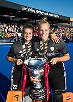 LONDEN - keeper Josine Koning (Ned)   en keeper Anne Veenendaal (Ned) met de beker,   na het winnen van  de finale Nederland-Ierland (6-0) bij  wereldkampioenschap hockey voor vrouwen.  . COPYRIGHT  KOEN SUYK