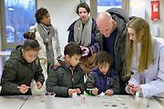 Nederland, Nijmegen, 20-2-2016Open dag middelbare school. Havo Notre Dame des anges in Ubbergen.De open dagen van het middelbaar onderwijs. Hier zijn leerlingen kinderen uit groep acht van de basisschool en hun ouders aan het kijken in een middelbare school. Scheikunde, beta, betavak, betavakken.Foto: Flip Franssen/Hollandse Hoogte