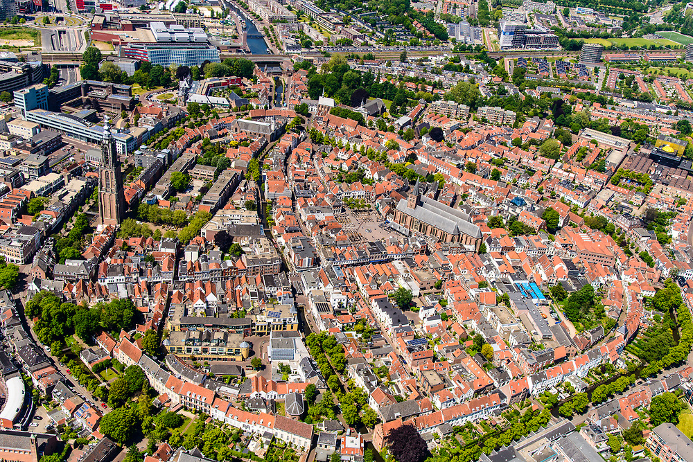 Nederland, Utrecht, Amersfoort, 29-05-2019; overzicht van binnenstad Amersfoort met rondom de stadsring. Boven de straten torent uit de Onze Lieve Vrouwentoren (bijnaam Lange Jan).<br /> Overview of city center Amersfoort with the city ring. Above the streets the Onze Lieve Vrouwe tower'<br /> luchtfoto (toeslag op standard tarieven);<br /> aerial photo (additional fee required);<br /> copyright foto/photo Siebe Swart