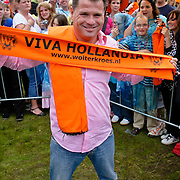NLD/Westerhoven/20080531 - TROS muziekfeest op het plein, Wolter Kroes met oranje Viva Hollanda sjaaltje