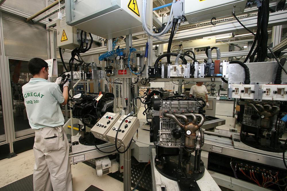 Mlada Boleslav/Tschechische Republik, Tschechien, CZE, 16.03.07: Mitarbeiter beim fertigen von Getriebe- und Motorteilen in der Skoda Autofabrik in Mlada Boleslav. Der tschechische Autohersteller Skoda ist ein Tochterunternehmen der Volkswagen Gruppe. <br /> <br /> Mlada Boleslav/Czech Republic, CZE, 16.03.07: Worker operate robotized production line of Octavia vehicle model at Skoda car factory in Mlada Boleslav. Czech car producer Skoda Auto is subsidiary of the German Volkswagen Group (VAG).