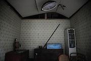 La vie privée et lintimité des maisons saffichent à travers de grandes façades ouvertes. .Certains intérieurs retrouvent une semi normalité après le passage des volontaires. La boue est dégagée, les tatamis enlevés. Le mobilier est nettoyé et retrouve une place sur lequel des bibelots ou des bijoux sont posés en fausse décoration. .Toutefois, il ne faut pas observer longtemps pour constater le trouble du tableau. Les traces du niveau de leau sur les murs, lodeur marine bien imprégnée rappellent le 11 mars.   Trop souvent, la mort des propriétaires ou simplement linsécurité architecturale font que beaucoup de ces maisons ne seront plus jamais habitées.