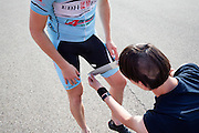Rijder Rik Houwers krijgt tape om zijn been ter bescherming. In Lelystad voert het Human Power Team Delft en Amsterdam, dat bestaat uit studenten van de TU Delft en de VU Amsterdam, de laatste testen uit met de VeloX4 voor de recordpoging eind juli in Duitsland. Tijdens het laatste weekend wil het team het uurrecord verbreken. In september willen ze een poging doen het wereldrecord snelfietsen te verbreken, dat nu op 133 km/h staat tijdens de World Human Powered Speed Challenge.<br /> <br /> In Lelystad the Human Power Team Delft and Amsterdam tests the VeloX4 for the last time before the hour record attempt in Germany end of July. With the special recumbent bike the Human Power Team Delft and Amsterdam, consisting of students of the TU Delft and the VU Amsterdam, also wants to set a new world record cycling in September at the World Human Powered Speed Challenge. The current speed record is 133 km/h.