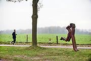 Nederland, Groesbeek, 29-11-2020  De populaire zevenheuvelenloop vanuit Nijmegen gaat dit jaar niet door.  Normal lopen hier tienduizenden lopers aan mee. Op de zevenheuvelenweg is een kunstwerk geplaats wat twee lopers laat zien. Naast enkele lopers die vandaag de route toch lopen is dit gebied populair bij de sportieve recreanten.Foto: ANP/ Hollandse Hoogte/ Flip Franssen
