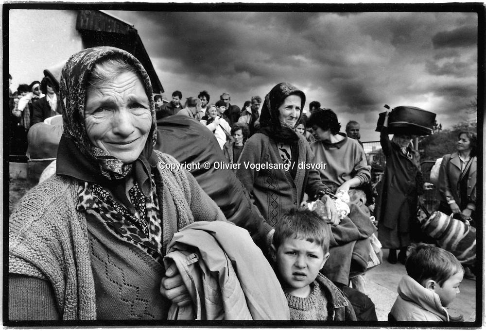 Bosnie. Nove Travnik. 240 réfugiés musulmans sont évacués d'un camp à Nove Travnik. Dans cette région de Bosnie centrale, les combats opposent Croates et Bosniaques.