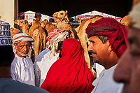 Sultanat d'Oman, gouvernorat de Ash Sharqiyah, Sinaw, jour de marché, rassemblement des bedouins  // Sultanate of Oman, Al Sharqiya Region, Sinaw, market day, Bedouin Women and men