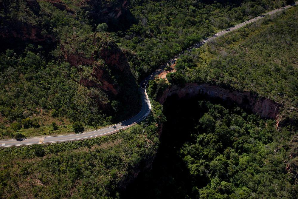 Chapada dos Guimaraes_MT, Brasil...Imagens do Parque Nacional da Chapada dos Guimaraes no Estado do Mato Grosso. Na foto estrada do Parque...The Chapada dos Guimaraes National Park is a national park in the Brazilian state of Mato Grosso. In this photo the road in the Park...Foto: LEO DRUMMOND / NITRO